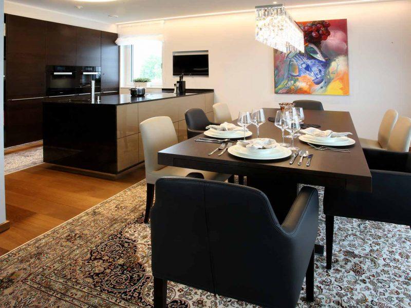 Tisch HAAS | Stühle Wittmann | Küche KH | Platte Strasser