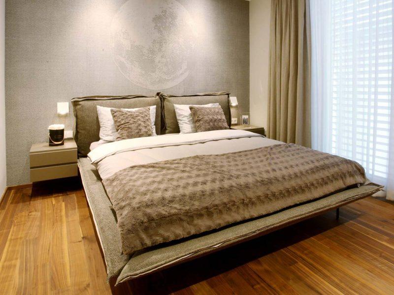 Bett Arketipo | Tapete Wall&Deco | Fenstergestaltung Zimmer&Rohde | Nachtkästchen Haas | Wandlampe Studio Italia