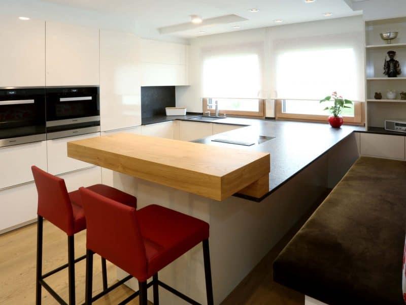 Küche KH | Steinplatte Strasser | E-Geräte Miele | Beleuchtung Molto Luce | Fenstergestaltung LEHA | Boden Hafro