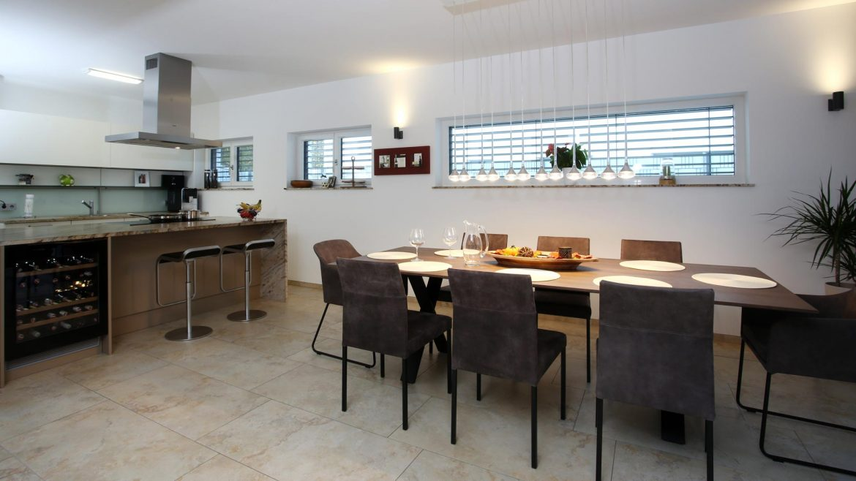Küche Privat | Essgruppe Haas | Beleuchtung Molto Luce | Barhocker Lapalma
